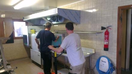 Installation  d'une hotte ainsi que d'un lave vaisselle à avancement automatique