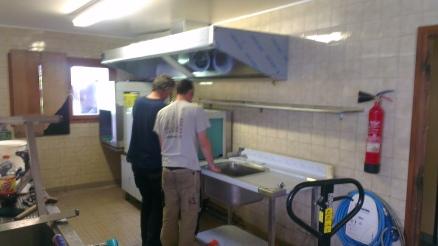 Installation d'une hotte et d'un lave vaisselle à avancement automatique